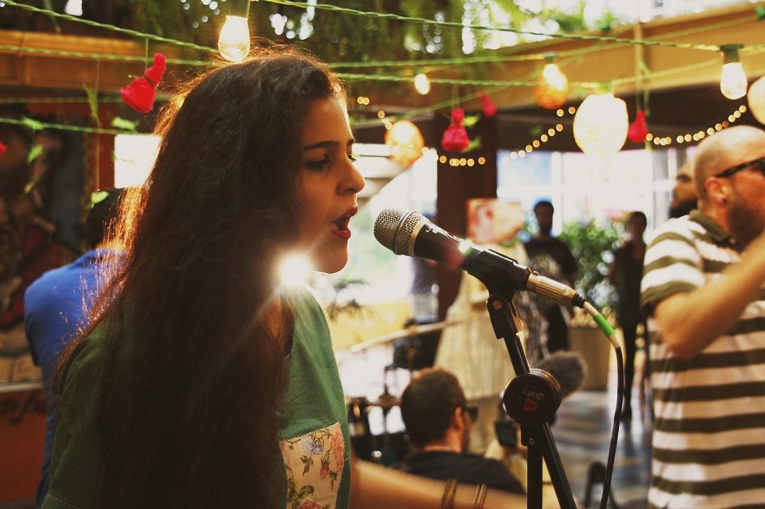 Queens of Noise: Os diversos ritmos e timbres de Daniela Napomucena