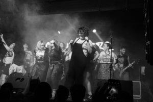 Meninas sobem ao palco durante show da Chuva Negra - Foto: Mara Alonso
