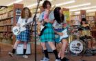 O que é mais punk do que adolescentes gritando em uma biblioteca pública?